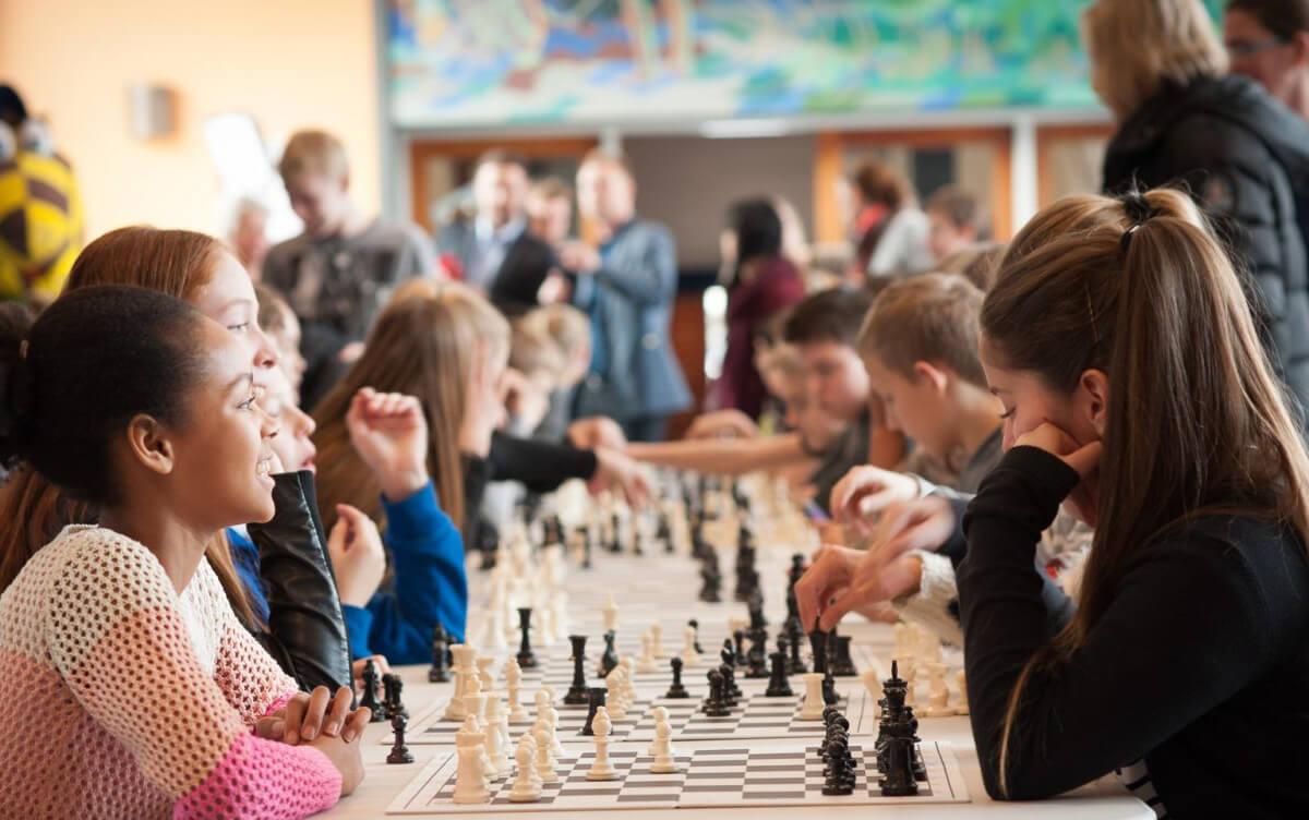 Børn der spiller skak